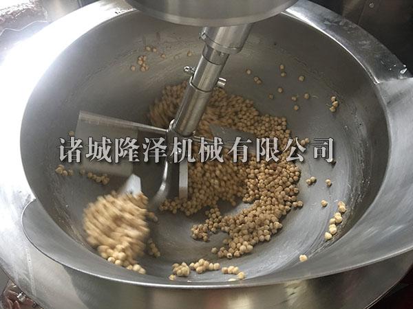 电加热搅拌炒锅炒榛子现场